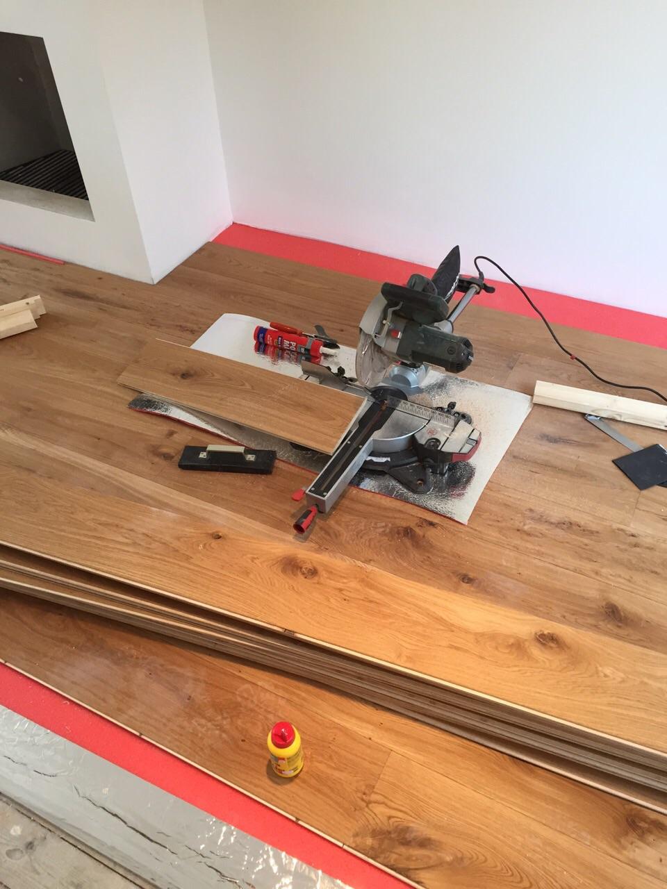 Houten vloer leggen   voor de makers