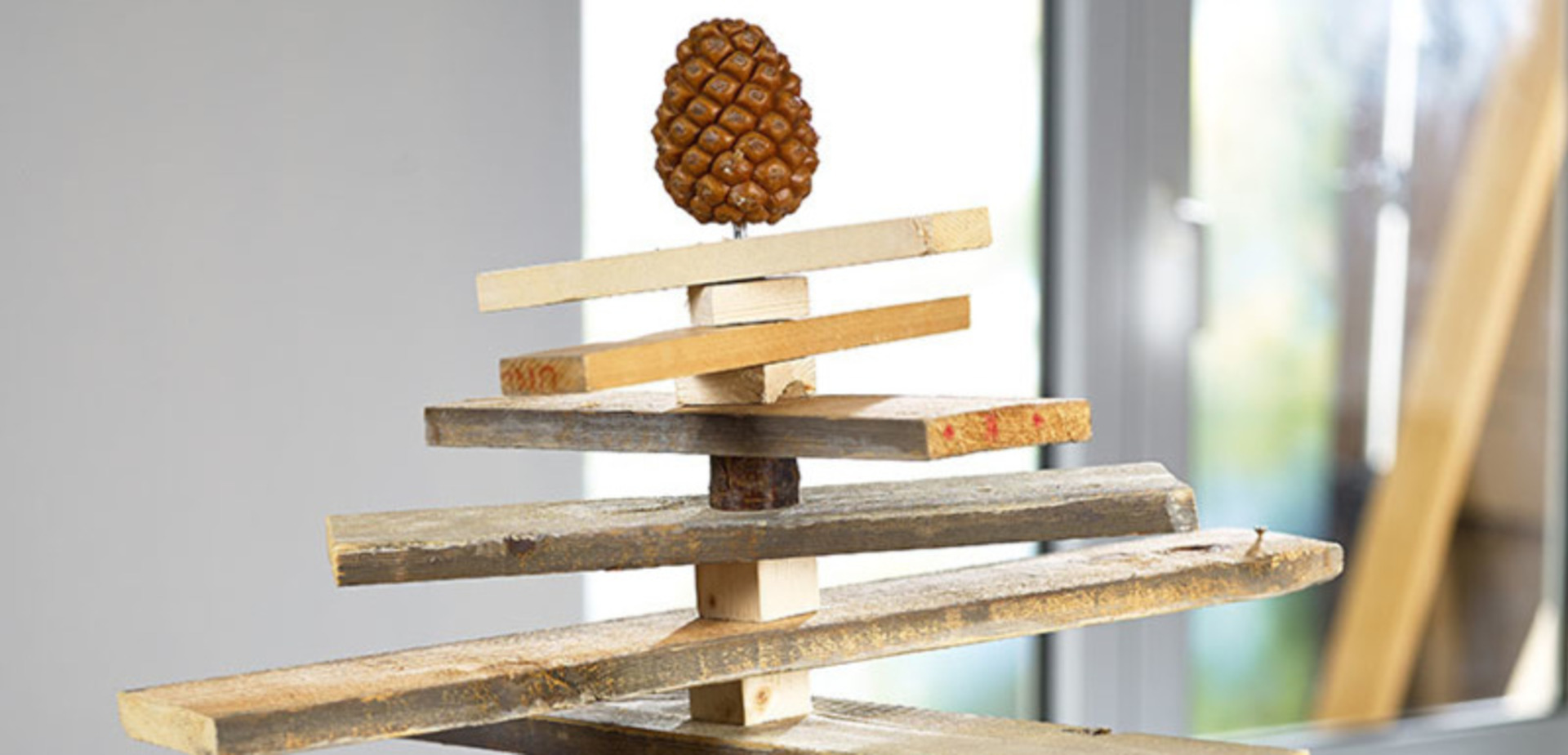 Een ongewone kerstboom met recup palletten maken voor de makers - Decoratie recup ...